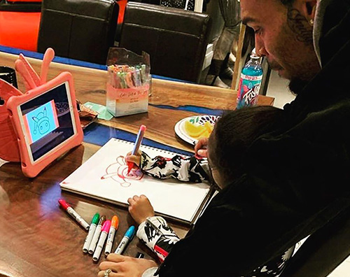 Chris Brown aiuta Royalty a disegnare