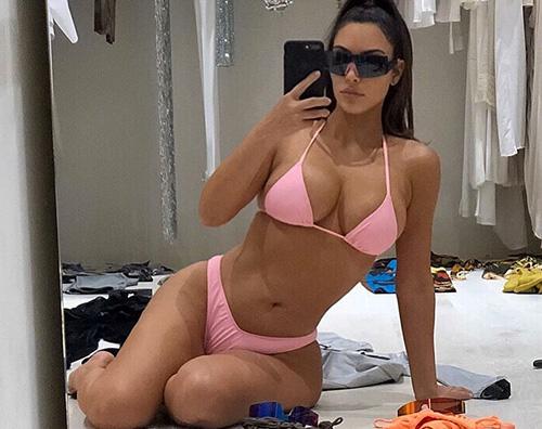 kim kardashian Kim Kardashian prepara la valigia in bikini