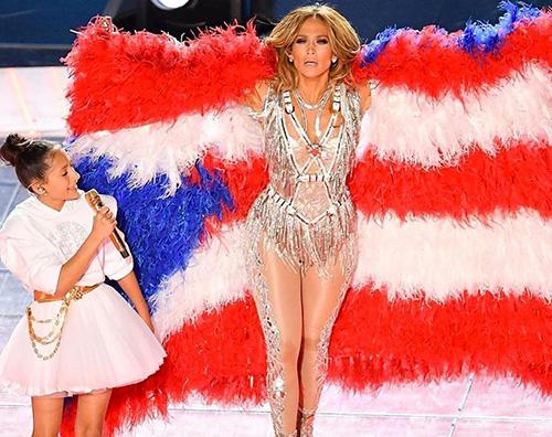 jlo Jennifer Lopez porta Emme sul palco del Super Bowl 2020