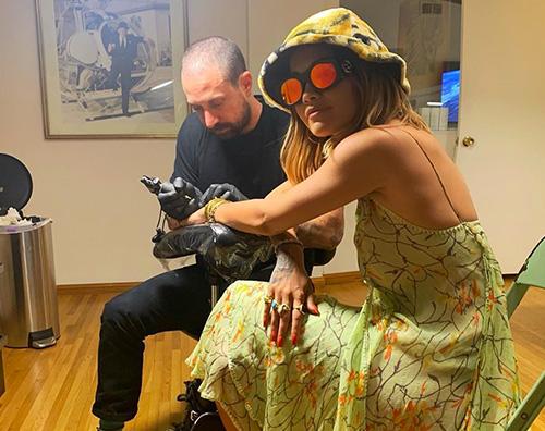 rita ora Rita Ora sfoggia i nuovi tattoo su Instagram