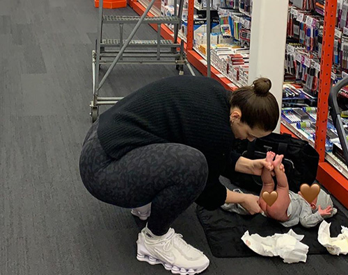 ashley graham Ashley Graham cambia Isaac sul pavimento di un negozio