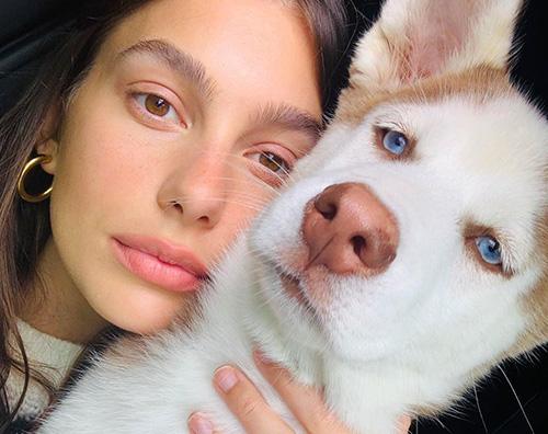 camila morrone Camila Morrone, in quarantena coccola il suo cane