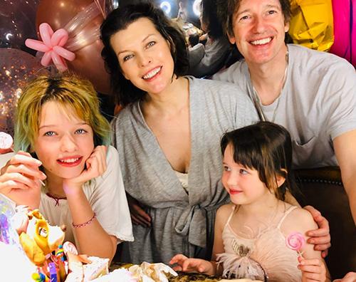 milla jovovich Milla Jovovich, festa in casa per il compleanno di Dashiel