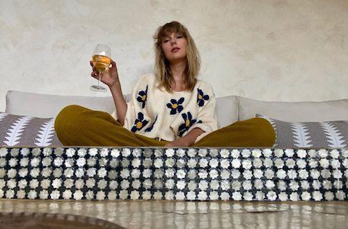 96543525 192013835143967 5342762849755757097 n Taylor Swift in isolamento con un calice di vino