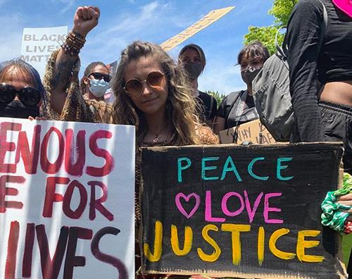 """Paris Jackson, """"Peace and Love"""" alla manifestazione di LA"""