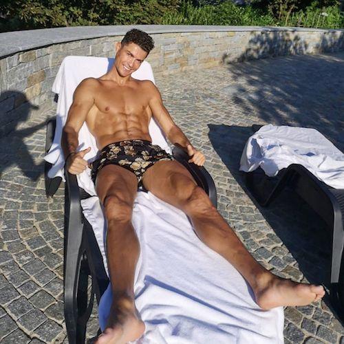 106617906 3081401018641077 1084152757264015872 n Cristiano Ronaldo si rilassa al sole