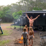 chris 4 150x150 Chirs Hemsworth, campeggio extralusso in famiglia