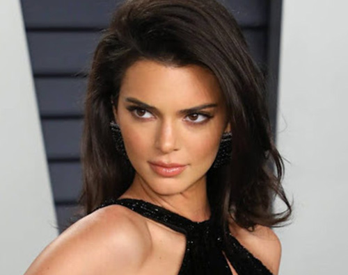 kendall jenner Kendall Jenner si protegge dal sole al mare