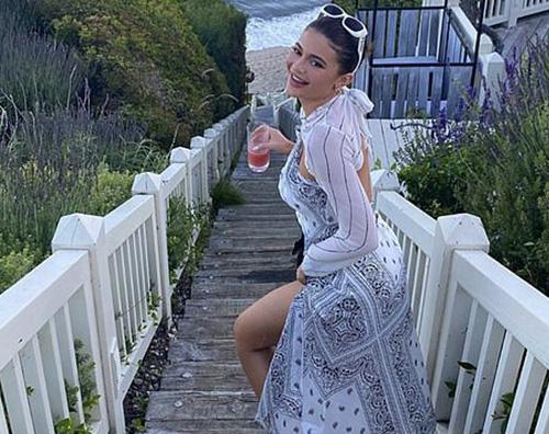 Kylie Jenner è felice al mare