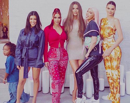 sorelle kardashian jenner Le sorelle Kardashian e Jenner tutte insieme in una foto