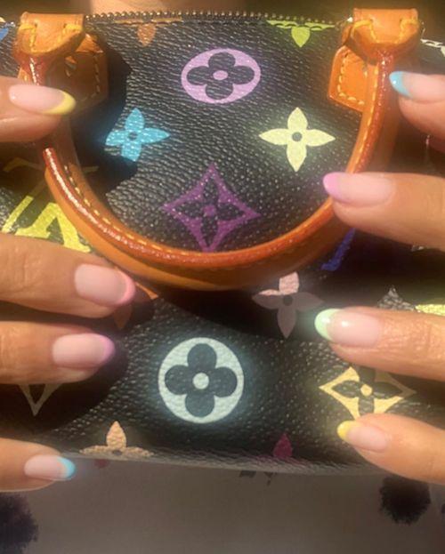 117121671 290858432141115 8005803672424980788 n Kourtney Kardashian sfoggia una french manicure arcobaleno