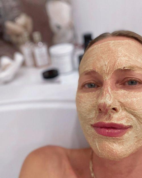 117377245 590543928295159 6188790943852369482 n Naomi Watts maschera di bellezza nella vasca