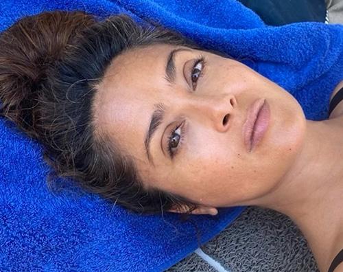 Salma Hayek mostra ancora i capelli bianchi su IG