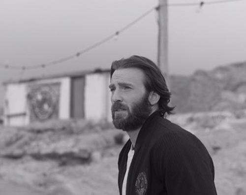 Chris Evans pubblica due vecchi scatti con i capelli lunghi