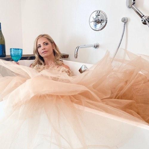 123885022 149129253581189 74959950066148807 n Sarah Michelle Gellar, elegantissima nella vasca di casa