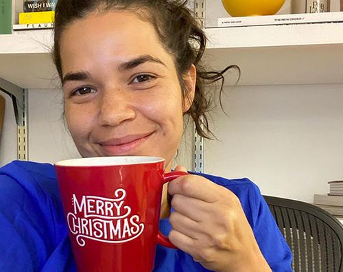america ferrera America Ferrera è già entrata nello spirito natalizio