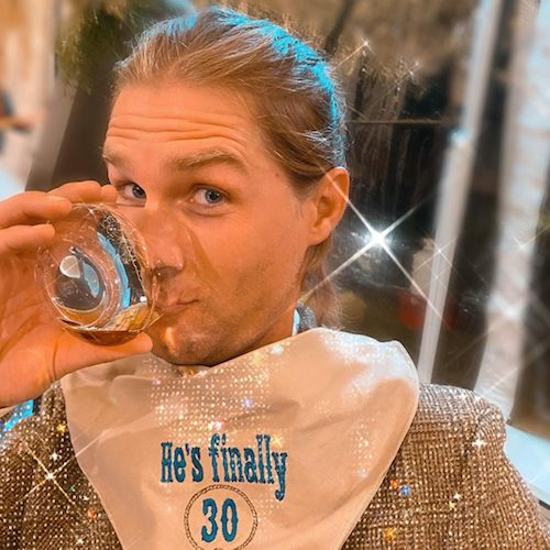 132319411 110546840925865 8345325135478695854 n Kaley Cuoco festeggia i 30 anni di Karl
