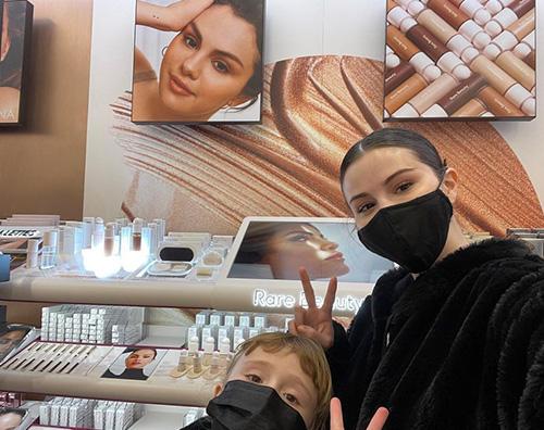 selena gomez Selena Gomez fa shopping con la sorellina