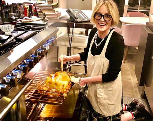 sharon stone Sharon Stone prepara il pollo arrosto per Natale