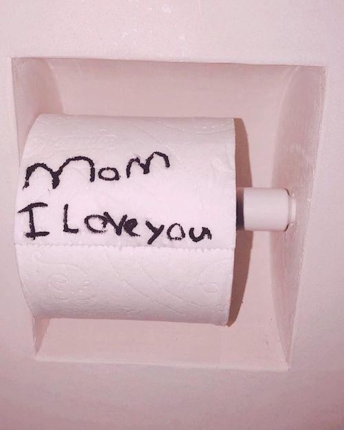 144333084 756513338555314 7843533499958239568 n North West ha lasciato un messaggio in bagno per la sua mamma