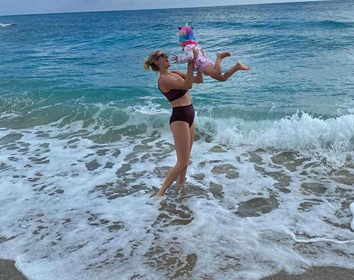 kate upton Kate Upton, mamma felice al mare