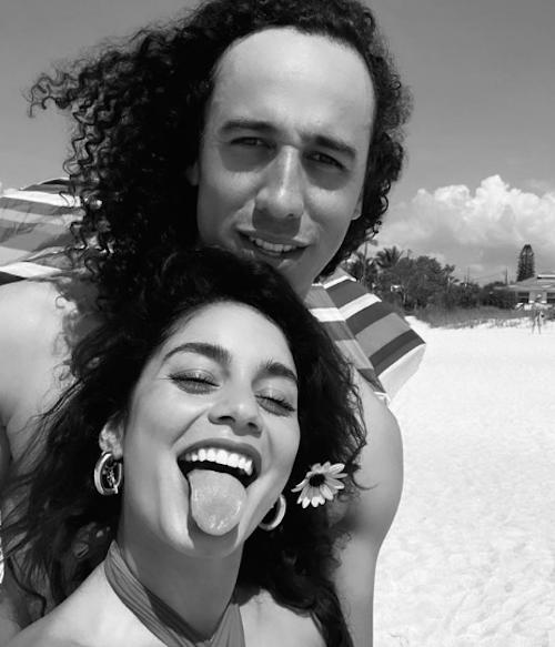 Schermata 2021 04 01 alle 11.34.38 Vanessa e Cole, selfie al mare