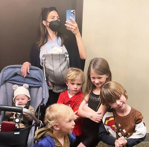 Schermata 2021 04 08 alle 10.10.57 Hilaria Baldwin insieme a tutti i suoi figli su Instagram