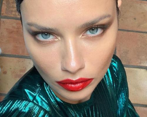 adriana lima Adriana Lima, selfie magnetico su Instagram