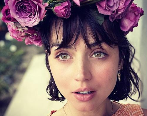ana de armas Ana de Armas, selfie floreale su Insagram