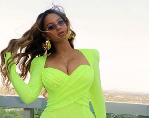 beyonce Beyonce, look verde fluo su Instagram