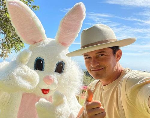 orlando bloom Orlando Bloom, selfie di Pasqua con coniglio
