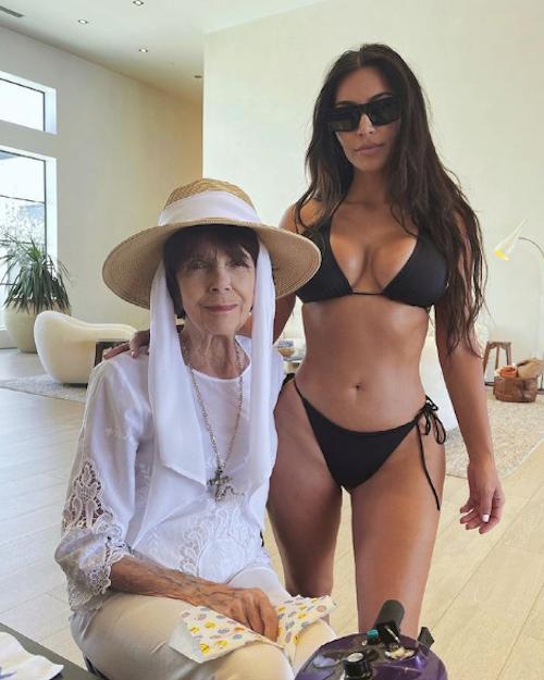 Schermata 2021 05 26 alle 14.35.07 Kim Kardashian in bikini con sua nonna