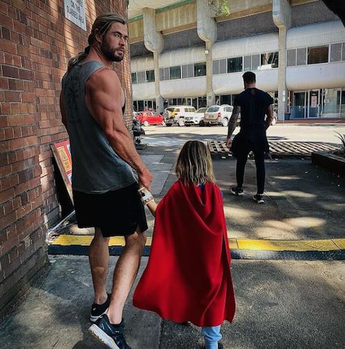 chris hemsworth thor Chris Hemsworth sul set di Thor con suo figlio