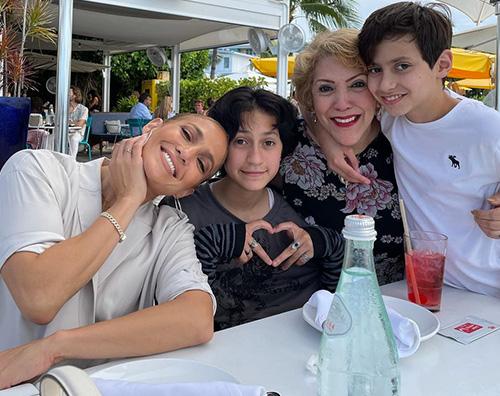 jennifer lopez 1 Jennifer Lopez, festa della mamma in famiglia