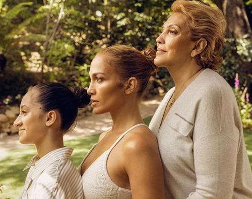 JLo con mamma e figlia per la sua linea beauty