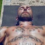 adam levine 1 150x150 Adam Levine fa yoga senza maglietta
