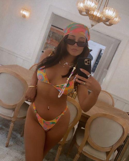 218881114 513938436342866 2188543416301397501 n Vanessa Hudgens, che fisico su Instagram!