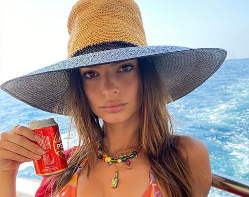 emily cover Emily Ratajkowski, le vacanze in Italia sono bollenti