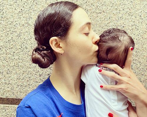 emmy rossum Emmy Rossum mostra la sua bambina per una buona causa