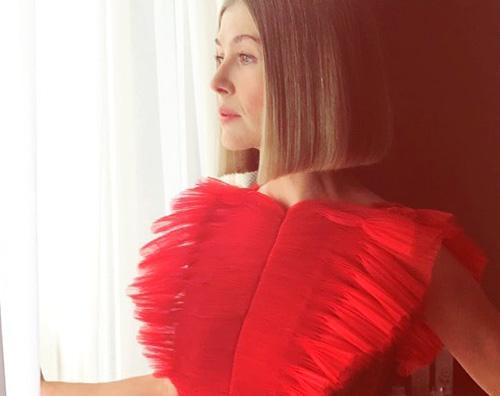 rosamund pike Rosamund Pike in rosso a Cannes