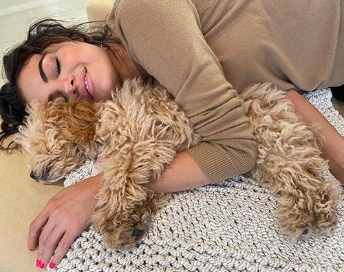 selena  Selena Gomez felice col suo cagnolino