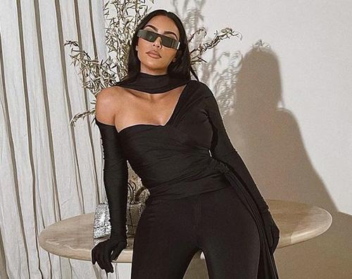 kim kardashian Kim Kardashian, il look suo social è eccentrico