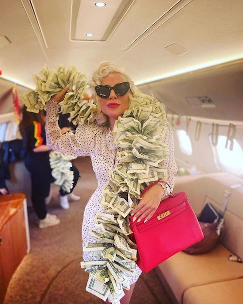 245115820 454035186000797 7183849540983998630 n Lady Gaga, sciarpa di banconote a Las Vegas