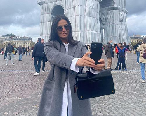Demi Moore sotto l'Arco di Trionfo a Parigi