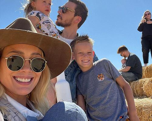 hilary cover Hilary Duff a caccia di zucche con la famiglia