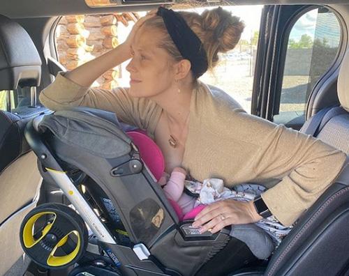 teresa palmer Teresa Palmer allatta la sua piccola in auto